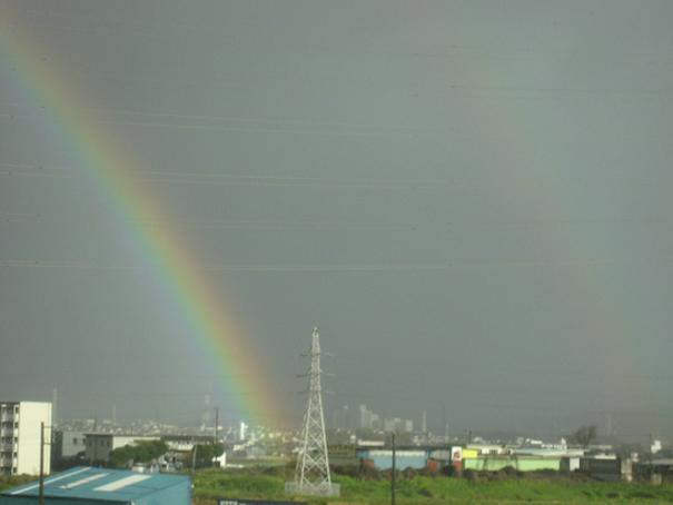 車窓に大きな虹
