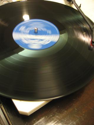 回るレコード盤2