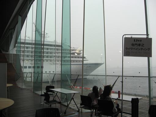 窓の向こうの白い巨船