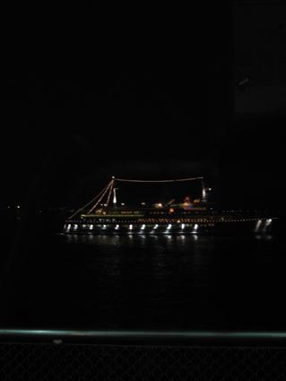 あっという間に外は暗くなり、船の灯が行き交う