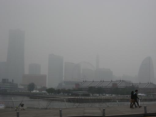 白くけむる横浜港からの光景