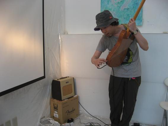 ギターの準備中、植田さん
