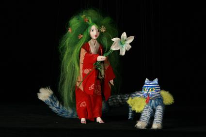 完成した少女と猫の人形